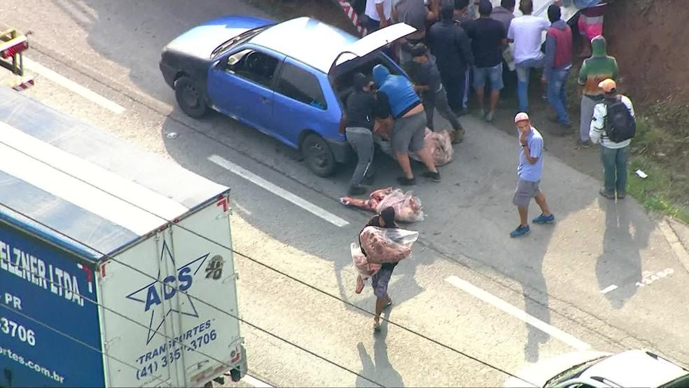 Caminhão que transportava carne é saqueado após tombar na Rodovia  em SP